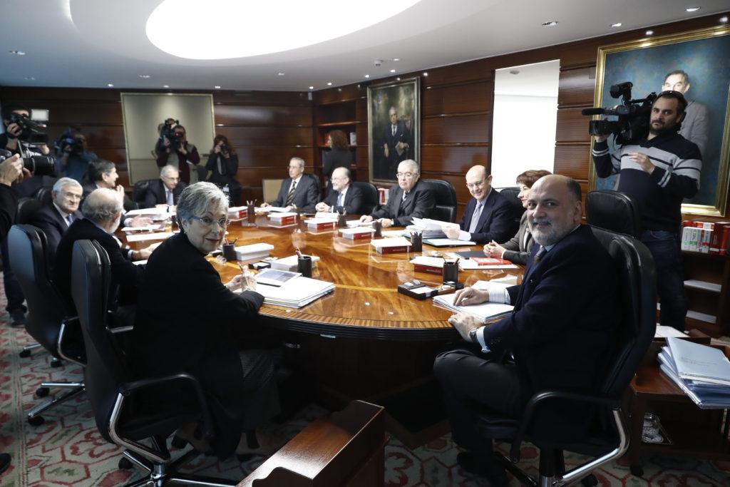 GRA079. MADRID, 29/11/2016.- El presidente del Tribunal Constitucional, Francisco Pérez de los Cobos (d), durante el pleno de la institución celebrado hoy. EFE/Emilio Naranjo ***POOL***